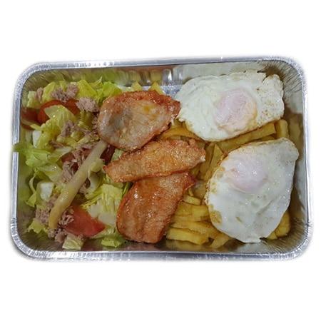 plato combinado de lomo con patatas, ensalada y huevos fritos